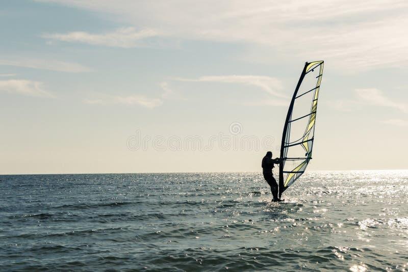 Σερφ στο ηλιοβασίλεμα της θάλασσας Ένας ενεργός τρόπος ζωής υπαίθρια στοκ εικόνα