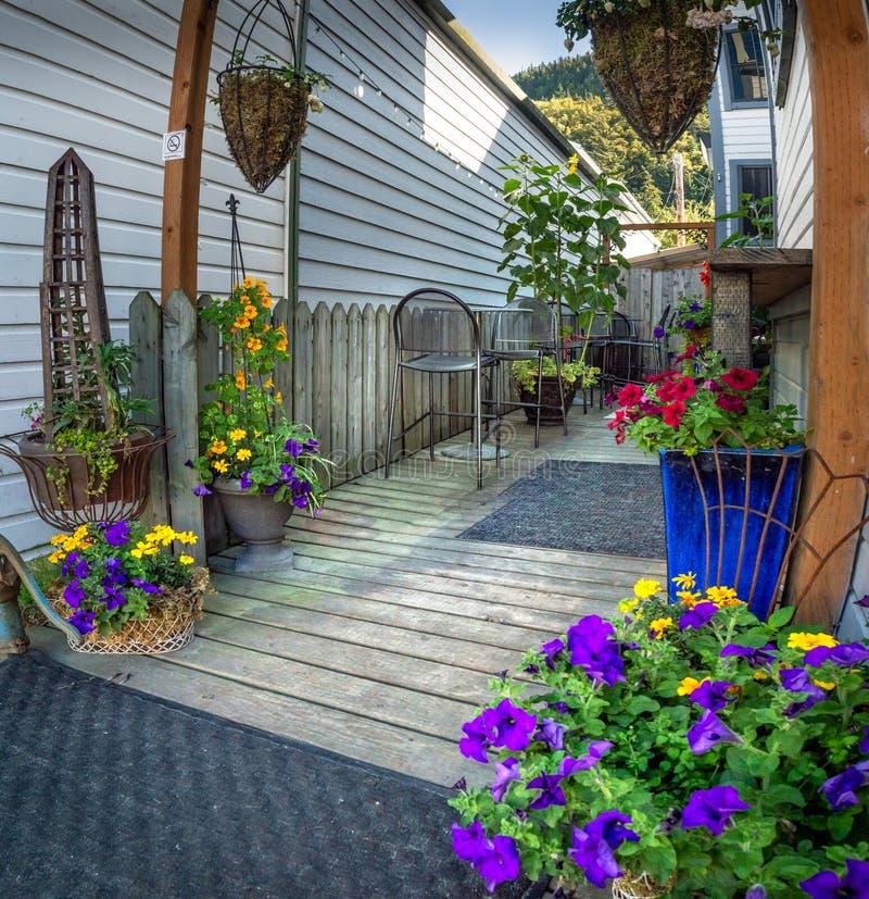 15 Σεπτεμβρίου 2018 - Skagway, AK: Ζωηρόχρωμος ιδιωτικός κήπος από την οδό Broadway στοκ εικόνες