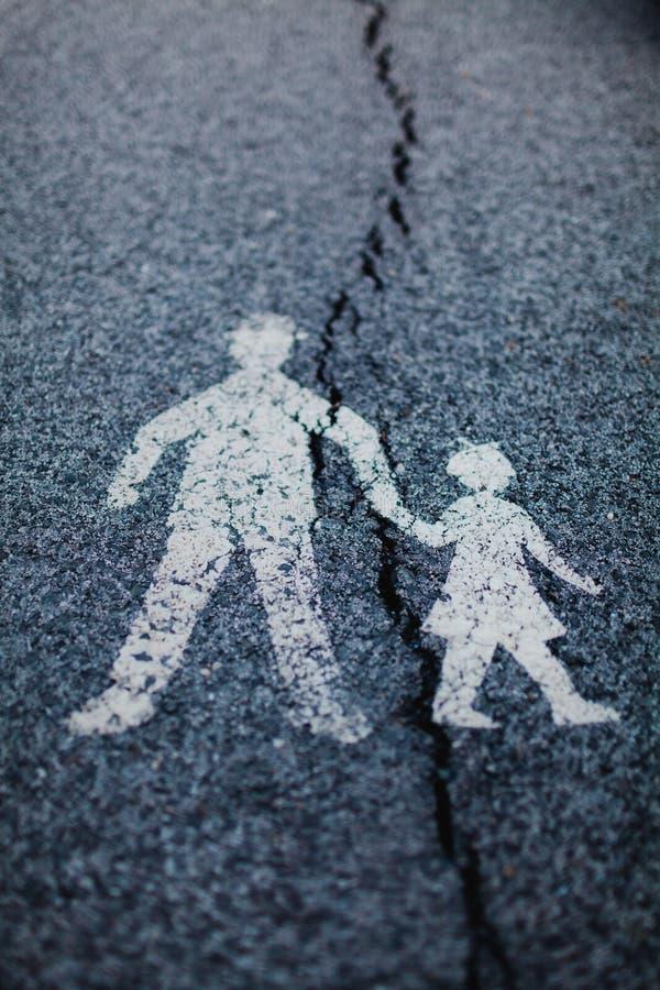Σημάδι κυκλοφορίας - η ρωγμή διαιρεί τη σχέση μεταξύ του γονέα και του παιδιού στοκ εικόνα