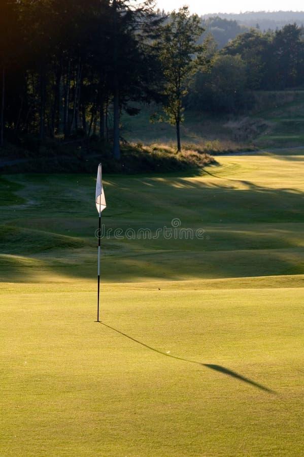 Σημαία γκολφ που πετά μια μακριά σκιά στοκ εικόνα με δικαίωμα ελεύθερης χρήσης