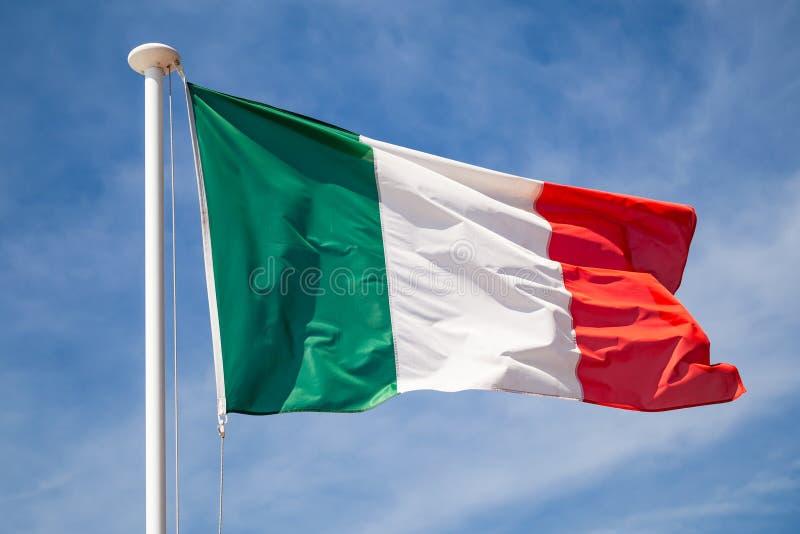 Σημαία της Ιταλίας που κυματίζει στον αέρα πέρα από τον ουρανό στοκ εικόνα με δικαίωμα ελεύθερης χρήσης
