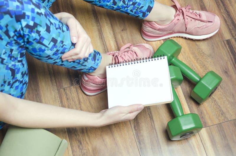 Σημειωματάριο εκμετάλλευσης γυναικών με το πρόγραμμα της προσωπικής πρακτικής της Ενεργός τρόπος ζωής καθημερινά στοκ φωτογραφίες