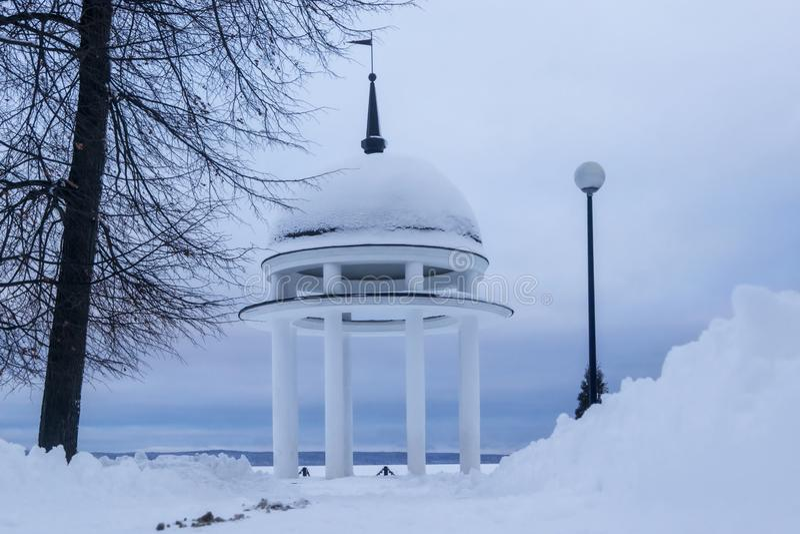 Σιωπηλό χειμερινό τοπίο στο πάρκο πόλεων στη λίμνη στοκ φωτογραφία