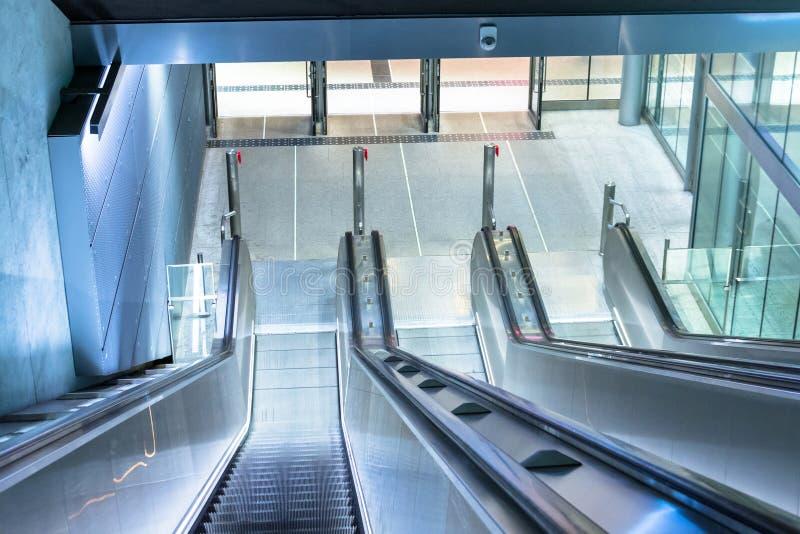 Σκάλα κυλιόμενων σκαλών που κατεβαίνει στον υπόγειο, υποδομή αστικών μεταφορών στοκ εικόνα