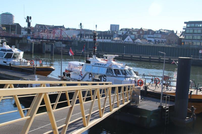 Σκάφη Loodswezen, η ολλανδική οργάνωση για τους πιλότους για να καθοδηγήσουν τα σκάφη στο λιμάνι IJmuiden στοκ φωτογραφία