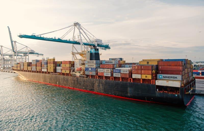 Σκάφος με τα εμπορευματοκιβώτια φορτίου και γερανός στο θαλάσσιο λιμένα Θαλάσσιος λιμένας, αποβάθρα ή τερματικό εμπορευματοκιβωτί στοκ εικόνα