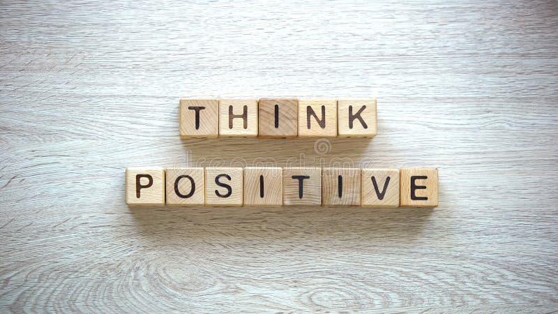 Σκεφτείτε τη θετική φράση φιαγμένη από κύβους, ψυχολογική βοήθεια στις αβεβαιότητες πάλης στοκ εικόνα