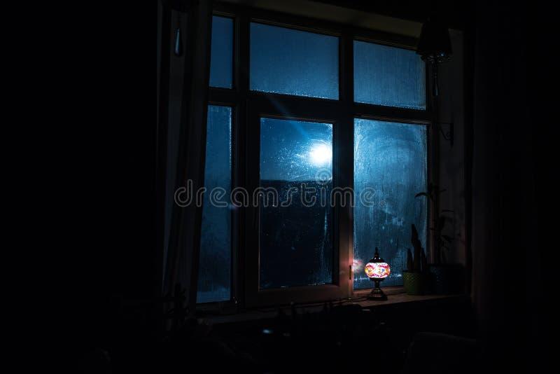 Σκηνή νύχτας των αστεριών που βλέπουν μέσω του παραθύρου από το σκοτεινό δωμάτιο Νυχτερινός ουρανός μέσα στη σκοτεινή εξέταση δωμ στοκ εικόνες