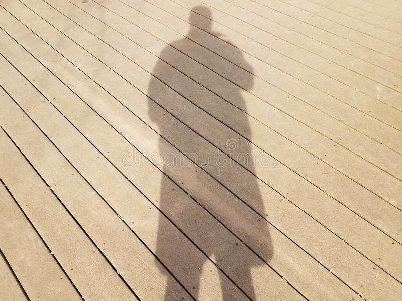 Σκιά ή σκιαγραφία του ατόμου στην ξύλινη γέφυρα στοκ φωτογραφία με δικαίωμα ελεύθερης χρήσης