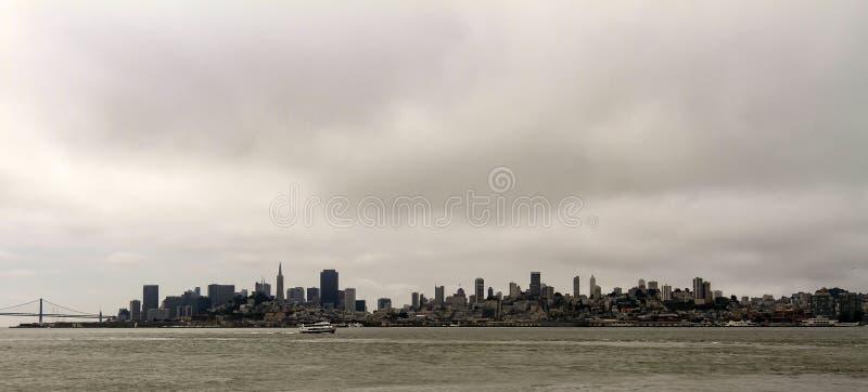 Σκιαγραφία του Σαν Φρανσίσκο στον ορίζοντα στοκ εικόνες