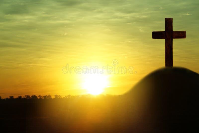 Σκιαγραφία του σταυρού στο λόφο στην ανατολή, διάστημα για το κείμενο στοκ φωτογραφία