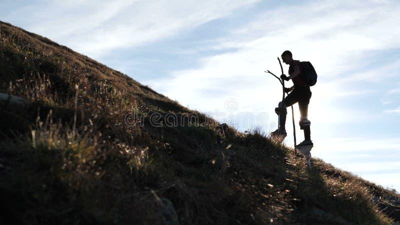 Σκιαγραφία του stiltwalker που κάνει το αρχείο στο βουνό στοκ φωτογραφίες