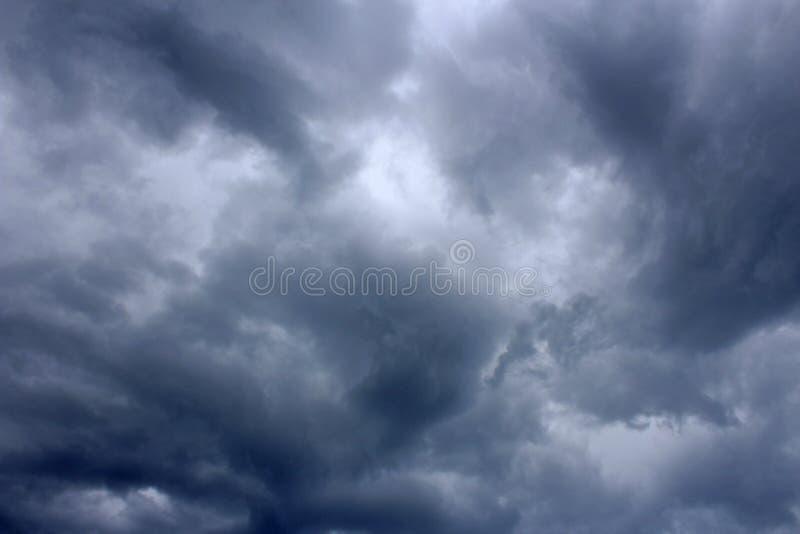Σκοτεινά σύννεφα θύελλας πριν από τη βροχή Υπόβαθρο Καιρός στοκ φωτογραφία με δικαίωμα ελεύθερης χρήσης