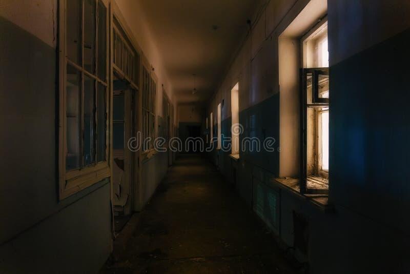Σκοτεινός ανατριχιαστικός διάδρομος του εγκαταλειμμένου νοσοκομείου τη νύχτα Έννοια φρίκης στοκ εικόνες