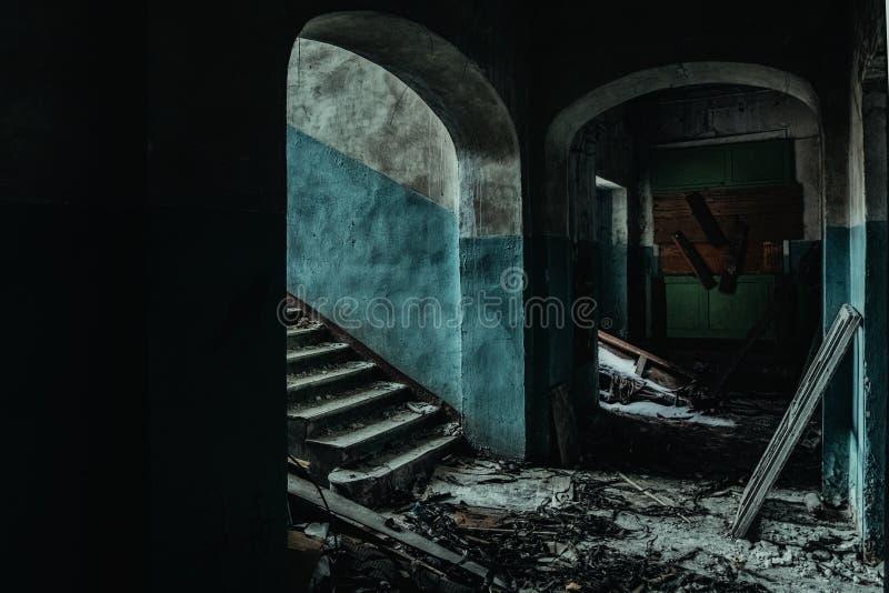 Σκοτεινός και ανατριχιαστικός διάδρομος του παλαιού εγκαταλειμμένου νοσοκομείου στοκ εικόνες