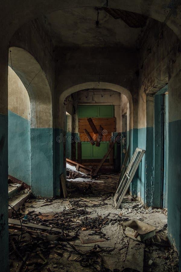 Σκοτεινός και ανατριχιαστικός διάδρομος του παλαιού εγκαταλειμμένου νοσοκομείου στοκ φωτογραφίες με δικαίωμα ελεύθερης χρήσης