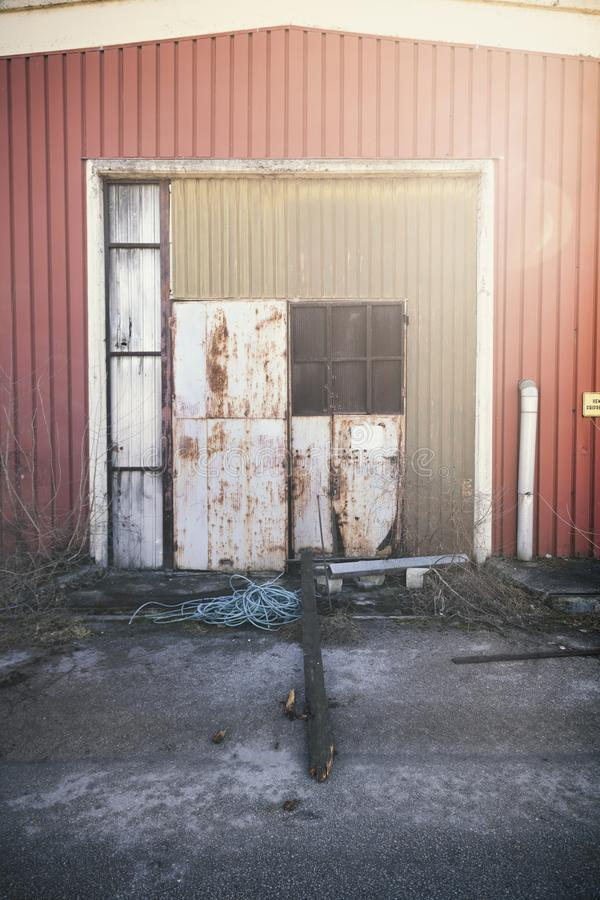 Σκουριασμένη αποθήκη εμπορευμάτων πορτών εργοστασίων στοκ φωτογραφία με δικαίωμα ελεύθερης χρήσης