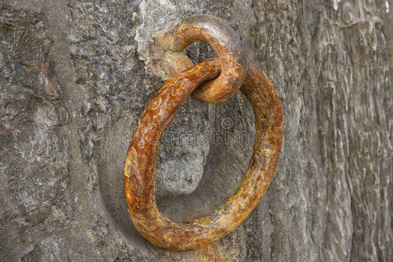Σκουριασμένο δαχτυλίδι πρόσδεσης στο λιμενικό τοίχο στοκ φωτογραφία με δικαίωμα ελεύθερης χρήσης