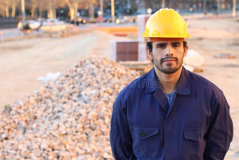 Σοβαρός εργάτης οικοδομών με το διάστημα αντιγράφων στοκ εικόνες