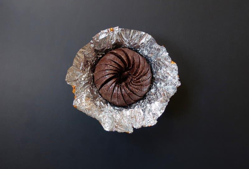 Σοκολάτα που γίνεται για να μοιάσει με ένα πορτοκάλι σε ένα μαύρο υπόβαθρο στοκ εικόνες