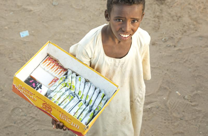 Σουδανέζικα πωλώντας πρόχειρα φαγητά αγοριών σε μια έρημο στοκ εικόνα