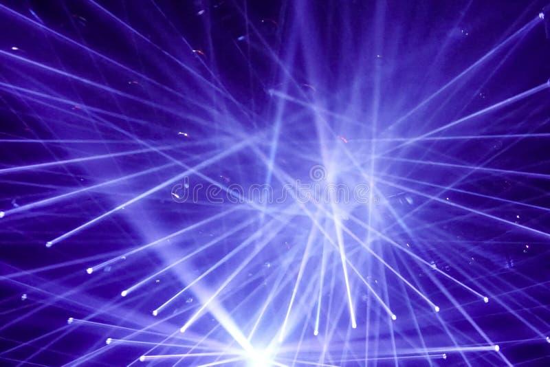 Σύγχρονα επίκεντρα, συνδέοντας ακτίνες του φωτός, λέσχη νύχτας στοκ φωτογραφίες