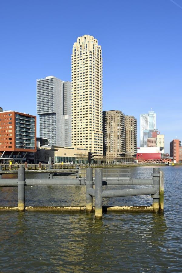 Σύγχρονα κτήρια κοντά στο εσωτερικό λιμάνι στον επικεφαλής του νότου στο Ρότερνταμ στοκ φωτογραφία με δικαίωμα ελεύθερης χρήσης