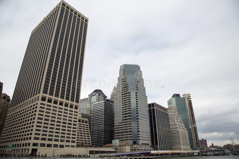 Σύγχρονα κτήρια πολυόροφων κτιρίων στην προκυμαία του Μανχάταν στοκ εικόνες