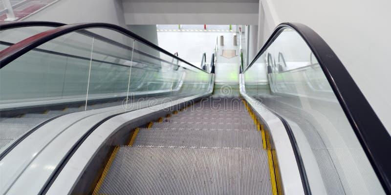 Σύγχρονες κυλιόμενες σκάλες πολυτέλειας με τη σκάλα στον αερολιμένα στοκ εικόνα