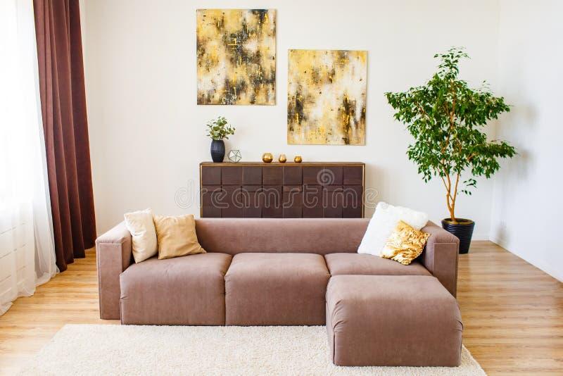 Σύγχρονη έννοια καθιστικών Όμορφα μαξιλάρια που τίθενται στον καφετή καναπέ Έννοια διακοσμήσεων στοκ εικόνες
