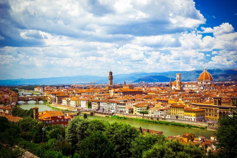 Σύγχρονη ζωηρόχρωμη εναέρια Φλωρεντία της Φλωρεντίας άποψης στο μπλε σκηνικό Διάσημος ευρωπαϊκός προορισμός ταξιδιού αρχιτεκτονικ στοκ εικόνες