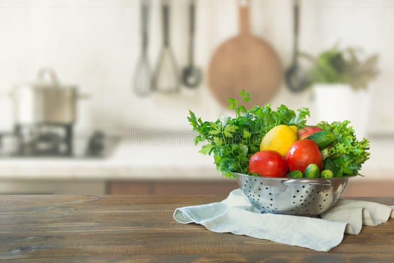 Σύγχρονη κουζίνα με τα φρέσκα λαχανικά ξύλινο tabletop, διάστημα για σας και τα προϊόντα επίδειξης στοκ φωτογραφίες