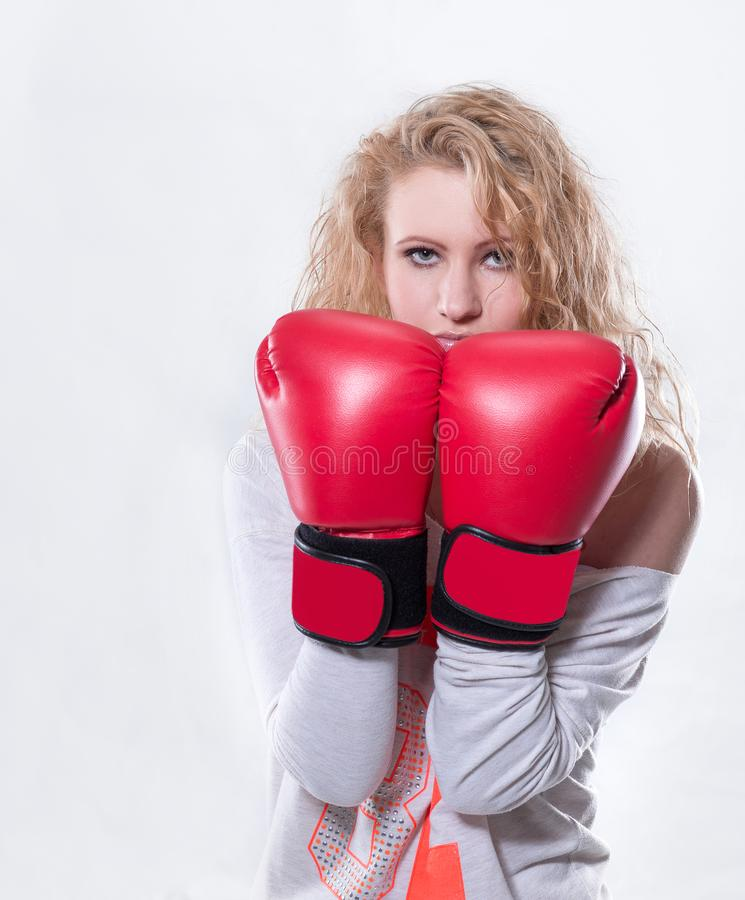 Σύγχρονη νέα γυναίκα στα κόκκινα εγκιβωτίζοντας γάντια στοκ εικόνα