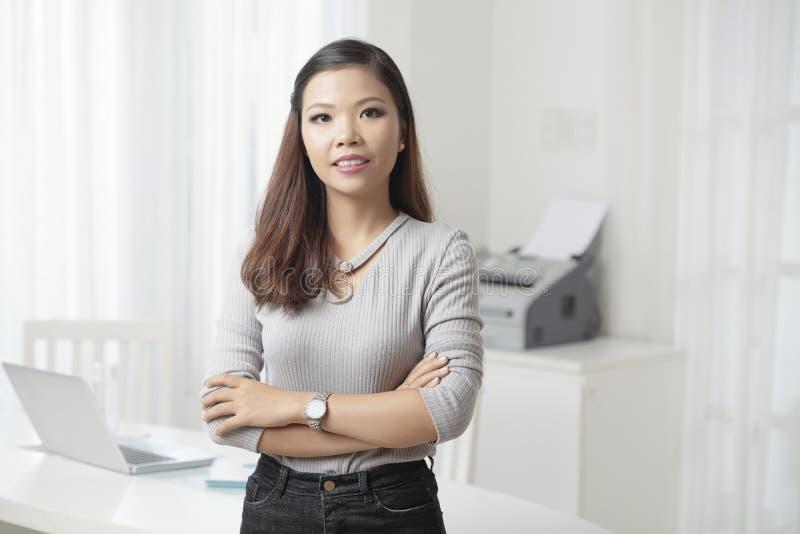 Σύγχρονη νέα επιχειρηματίας που εξετάζει τη κάμερα στοκ φωτογραφίες