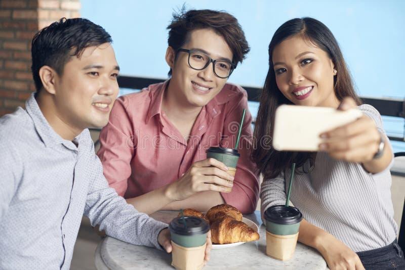 Σύγχρονοι εθνικοί συνάδελφοι που παίρνουν selfie στοκ εικόνα με δικαίωμα ελεύθερης χρήσης