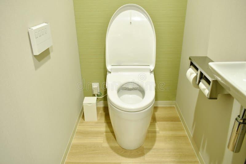 Σύγχρονο ηλεκτρικό μαξιλάρι τουαλετών και ελέγχου στον τοίχο στο αποχωρητήριο στοκ εικόνα