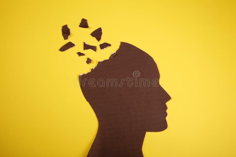 Σύμβολο αναταραχής εγκεφάλου που παρουσιάζεται το ανθρώπινο κεφάλι που γίνεται από το έγγραφο μορφής Δημιουργική ιδέα για την ασθ στοκ εικόνα