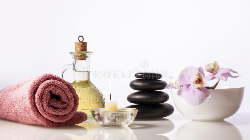 Σύνθεση ζωής SPA ακόμα Πέτρες SPA, μπουκάλι με το πετρέλαιο, κερί, ορχιδέα, πετσέτα στοκ φωτογραφία με δικαίωμα ελεύθερης χρήσης