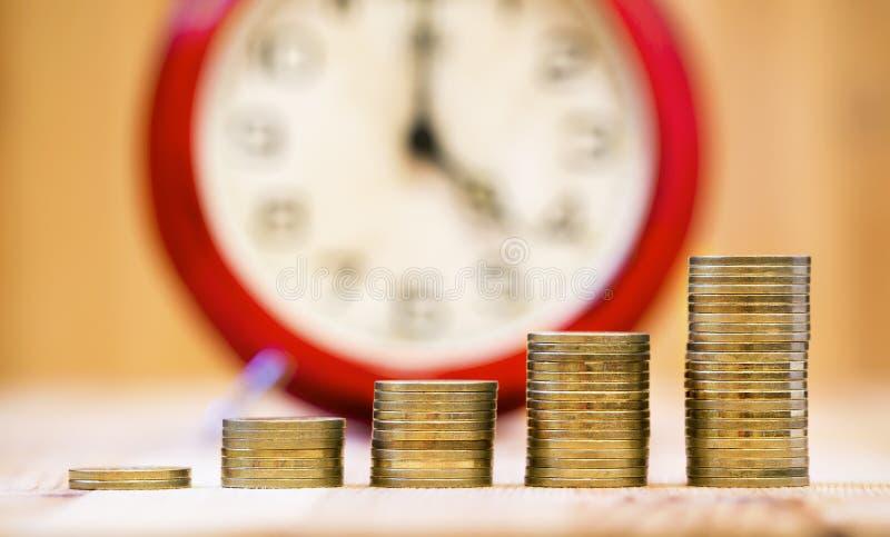 Σύνθετη έννοια ενδιαφέροντος - νομίσματα χρημάτων, ανάπτυξη στοκ εικόνα με δικαίωμα ελεύθερης χρήσης