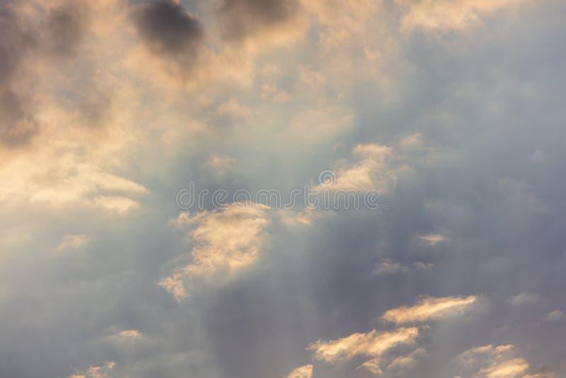 Σύννεφα πριν από τη βροχή ως υπόβαθρο στοκ φωτογραφίες με δικαίωμα ελεύθερης χρήσης