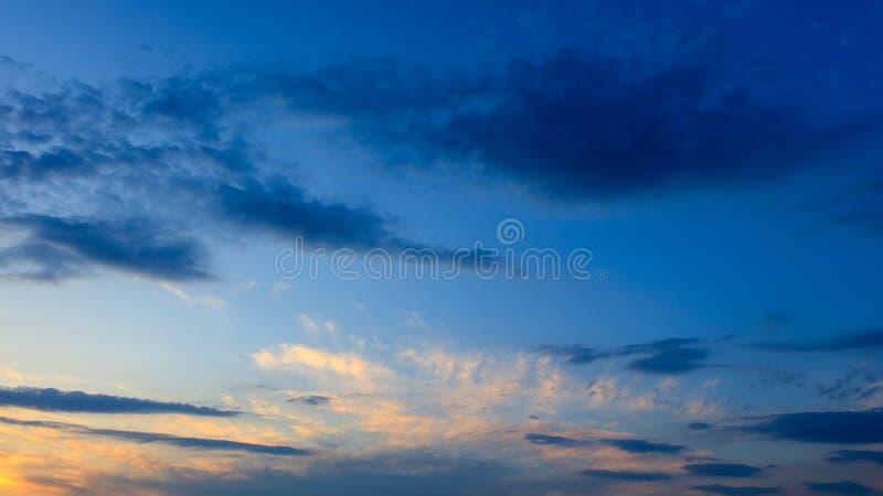 Σύννεφα πριν από τη βροχή ως υπόβαθρο στοκ εικόνες