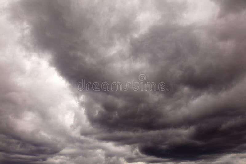 Σύννεφα πριν από τη βροχή ως υπόβαθρο στοκ εικόνα