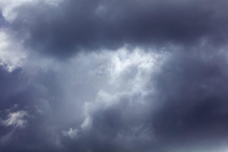 Σύννεφα πριν από τη βροχή ως υπόβαθρο στοκ φωτογραφίες