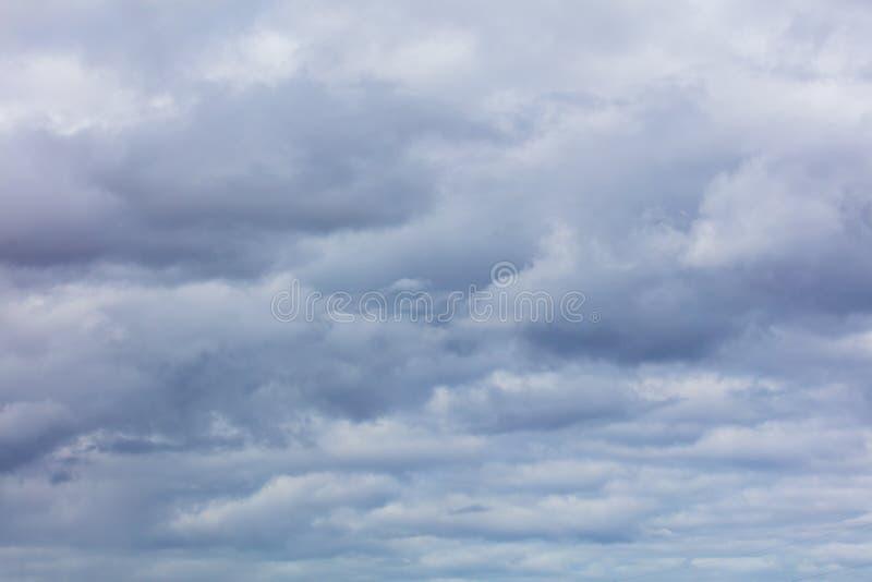 Σύννεφα πριν από τη βροχή ως υπόβαθρο στοκ εικόνες με δικαίωμα ελεύθερης χρήσης