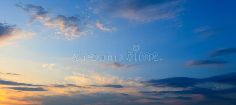 Σύννεφα πριν από τη βροχή ως υπόβαθρο στοκ φωτογραφία με δικαίωμα ελεύθερης χρήσης
