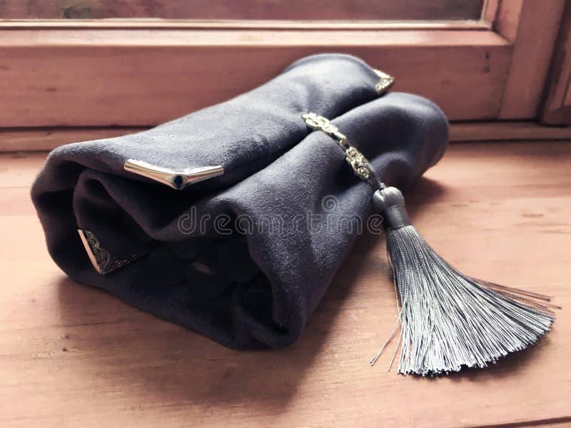 Σύνολο αναδρομικών καθαρών αρωμάτων κρασιού που χρησιμοποιούνται για την πιό sommelier σύροντας τσάντα βελούδου nesesser στοκ φωτογραφία με δικαίωμα ελεύθερης χρήσης