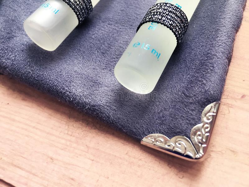 Σύνολο αναδρομικών καθαρών αρωμάτων κρασιού που χρησιμοποιούνται για την πιό sommelier σύροντας τσάντα βελούδου nesesser στοκ εικόνες