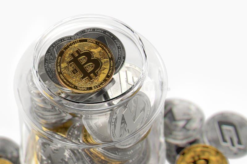 Σύνολο βάζων γυαλιού των διαφορετικών cryptocurrencies με χρυσό Bitcoin στην κορυφή Έννοια επένδυσης Cryptocurrency Ρεαλιστικό τρ διανυσματική απεικόνιση
