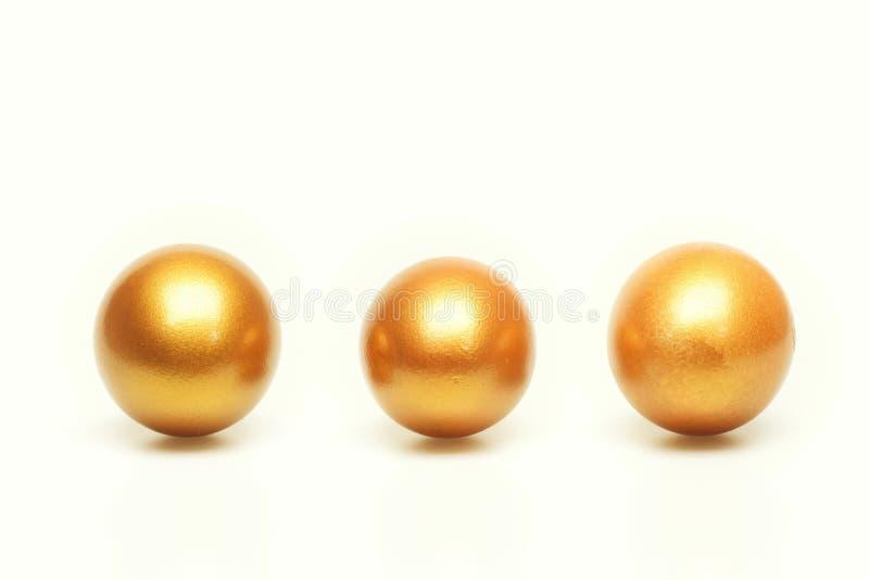 Σύνολο παραδοσιακών αυγών που χρωματίζονται στο χρυσό χρώμα στη γραμμή ή τη σειρά που απομονώνεται στο άσπρο υπόβαθρο έννοια Πάσχ στοκ εικόνες με δικαίωμα ελεύθερης χρήσης