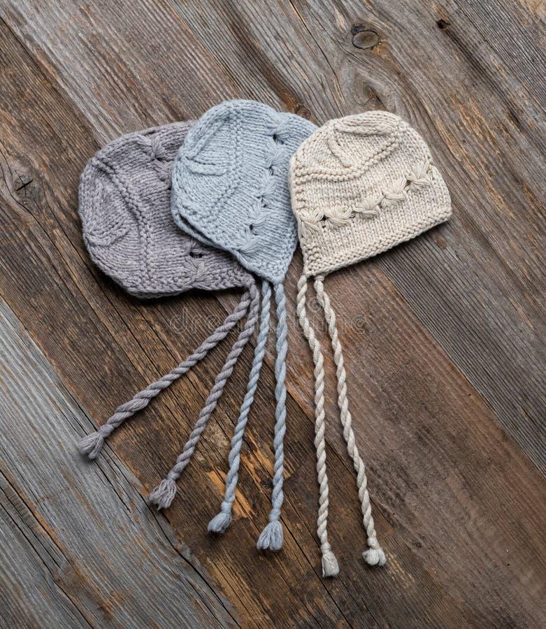 Σύνολο πλεκτών προσφορά καπέλων για νεογέννητο στοκ εικόνες